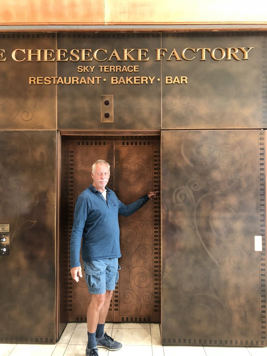 De lift naar de Cheesecake Factory