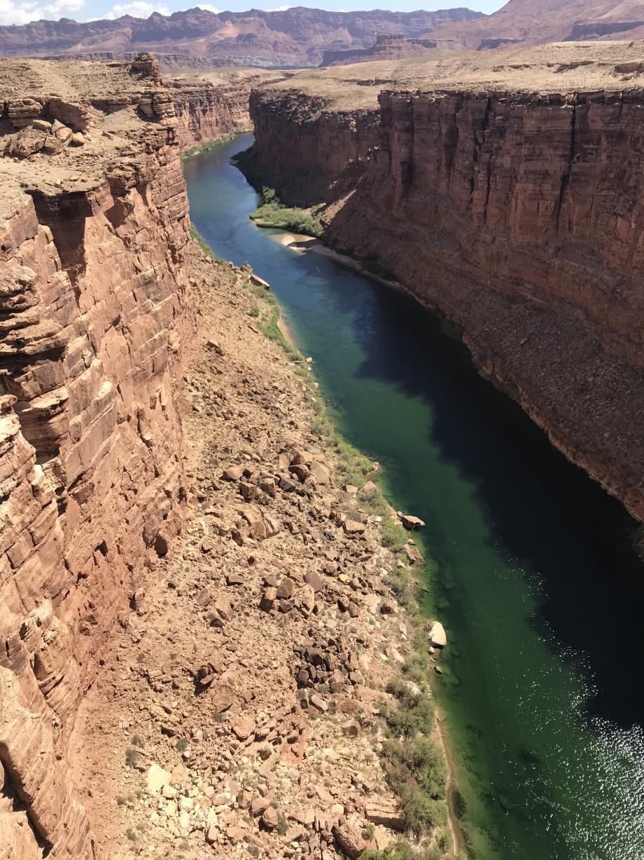 Dit is de Coloradoriver voordat hij bij de Grand Canyon is. Deze kloof is een Navajo monument.