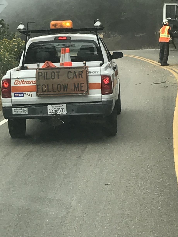 Zo gaat dat hier bij wegwerkzaamheden, netjes wachten tot je achter deze pick-up aan mag.