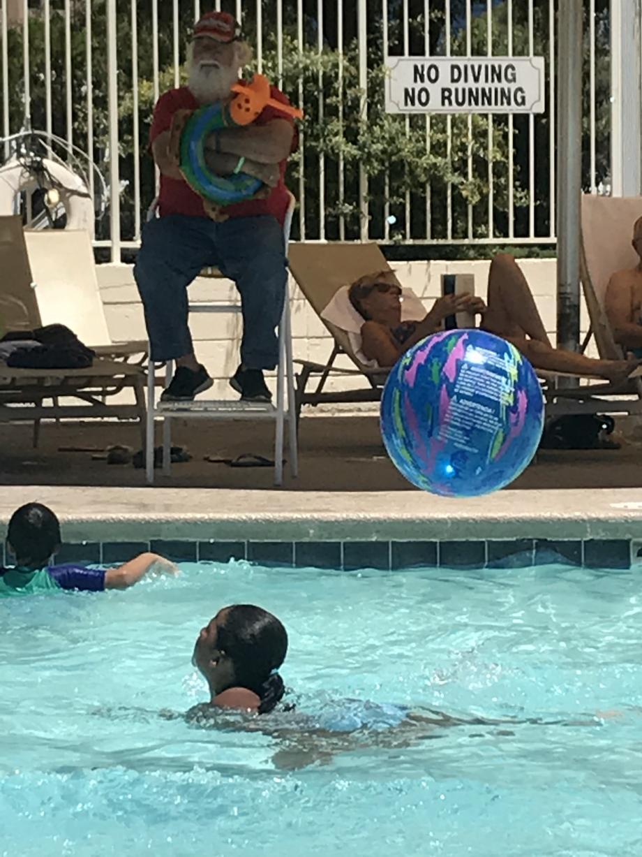 De kerstman op de achtergrond is het resqueteam bij het zwembad