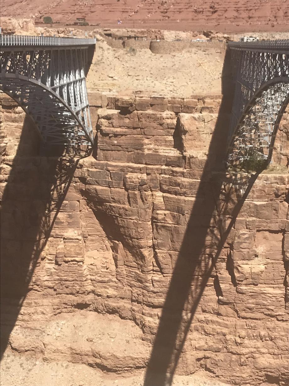 De narrowbridge bij het Navajo monument
