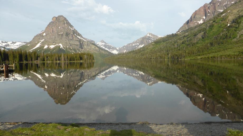 het meer weerspiegelt de gletsjers in Glazier